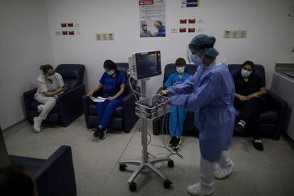 Personal médico permanece en observación despues de ser vacunados en  Hospital Universitario La Samaritana de Zipaquirá, Colombia.