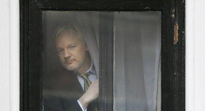 Julian Assange, fundador de Wikileaks desde la embajada de Ecuador en Londres este febrero.