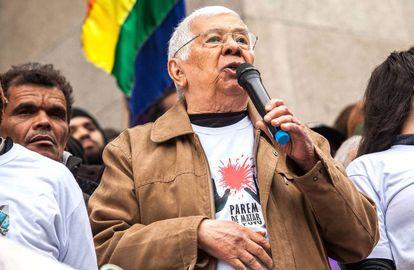 Audálio Dantas discursa ante la Catedral Metropolitana, relacionando las muertes de Vladimir Herzog y Ricardo Nascimento.
