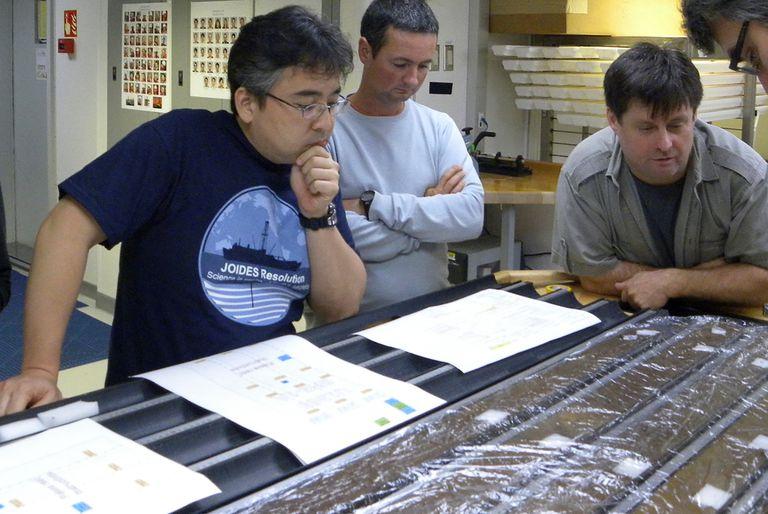 Yuki Morono, a la izquierda, con su equipo, revisa sedimentos del fondo del mar.