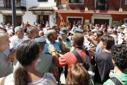 La Guardia Civil media entre los dos grupos enfrentados ayer en Poyales del Hoyo.