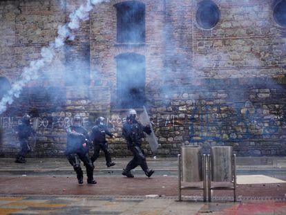 Agentes de antidisturbios se enfrentan a manifestantes el 5 de mayo de 2021, en Bogotá (Colombia).