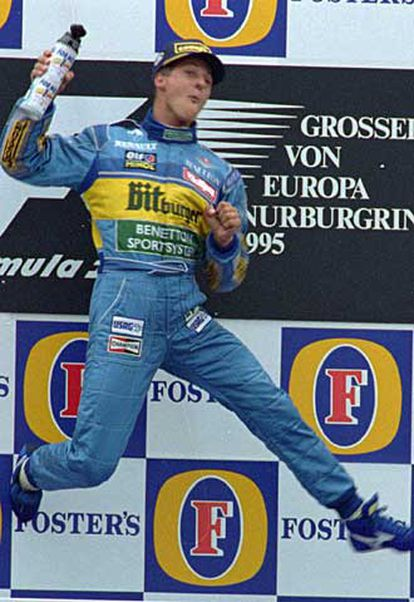 Michael Schumacher celebra una victoria cuando corría en el equipo Benetton en 1995.