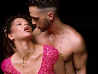C. Tangana y Nathy Peluso en una imagen promocional de su sencillo conjunto, 'Ateo'.