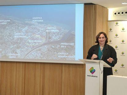 La alcaldesa de Barcelona, Ada Colau, este lunes en una rueda de prensa.
