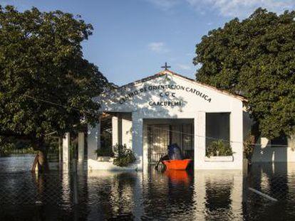 Los evacuados, la tercera parte de ellos residentes en Asunción, se instalan en casas precarias en las plazas de la capital paraguaya