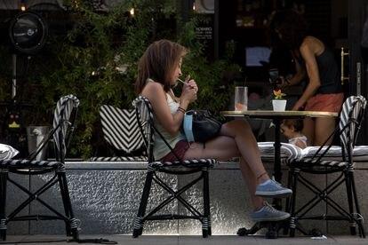 Una mujer fuma en una terraza de Madrid, este jueves.