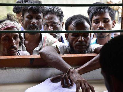 Varios ciudadanos indios comprueban este sábado si están inscritos en el padrón electoral en Morigoan (Assam, India).