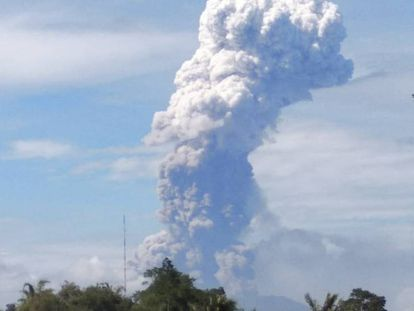 FOTO: Monte Soputan en erupción, este miércoles. / VÍDEO: Las consecuencias del paso del tsunami del pasado viernes.