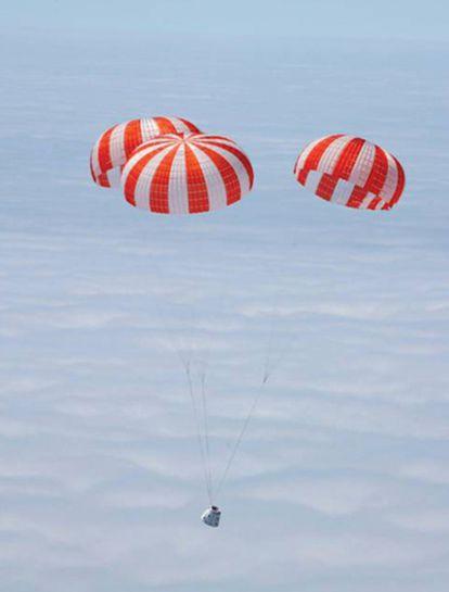 Prueba de descenso de la cápsula Dragon tras ser soltada desde un helicóptero.