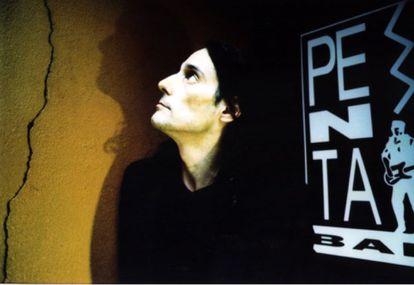 Antonio Vega, en la puerta del bar Penta, en 1998.