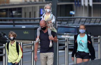 Miembros de una familia pasean junto a las instituciones europeas en septiembre.