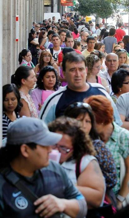 Una gran fila en Gran Vía, 20.