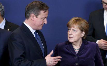 El primer ministro británico, David Cameron, y la canciller alemana Angela Merkel, este jueves en Bruselas.