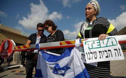 Trabajadores de Teva protestan contra los despidos en la planta de Kiryat Shmona (norte de Israel).