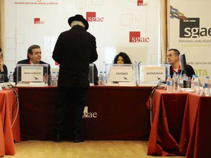 Un socio de la SGAE vota en la sede madrileña de la entidad.