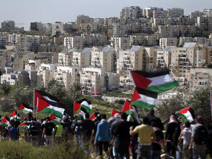 Desde que ocupó Cijordania y Jerusalén Este tras la guerra de 1967, Israel no ha dejado de colonizar esos territorios palestinos, sobre todo después de que renunciara hace un decenio a permanecer en la franja de Gaza. En esta serie de fotografías facilitadas por la ONG israelí Peace Now, se observa la evolución de su expansión. Los asentamientos han venido creciendo a un ritmo anual del 5% para sumar hoy más de 600.000 colonos. Entre 1967 y 1978 se instalaron 22.000 colonos judíos en los territorios. Y en 1993, en vísperas de los Acuerdos de Oslo de los que surgió la Autoridad Palestina, eran ya 160.000 los habitantes de los asentamientos. Los israelíes controlan directamente las dos terceras partes de Cisjordania y todo Jerusalén Este, en donde ahora están censados cerca de 200.000 colonos judíos. En la imagen, marcha de protesta palestina ante el asentamiento de Modiin Illit, en Cisjordania, el 27 de febrero de 2015.