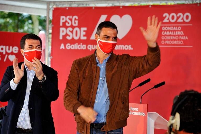 Pedro Sánchez y Gonzalo Caballero, antes de comenzar el mitin en Ourense.