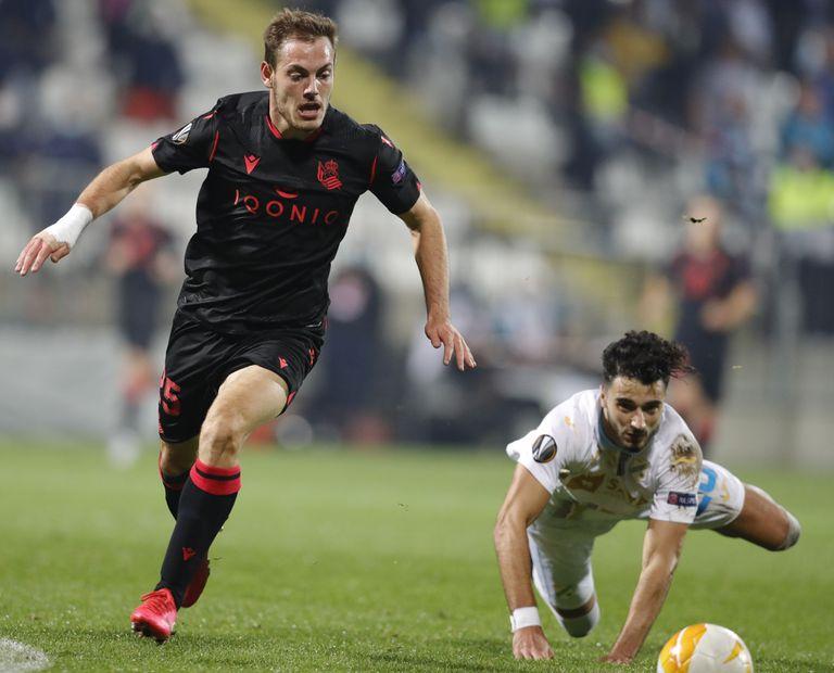 Jon Bautista, autor del gol de la Real, supera a  Joao Escoval.