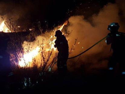 Efectivos de la UME participan en las labores de extinción del incendio de Gran Canaria. En vídeo, las imágenes del incendio.