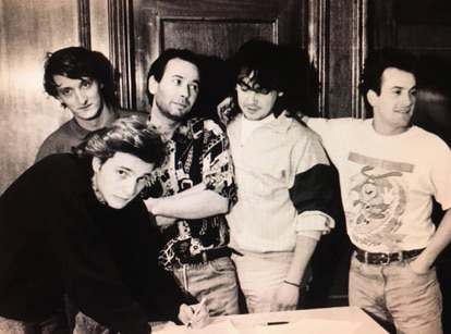 Paco Martín, tercero por la derecha, durante la firma del contrato con Hombres G.