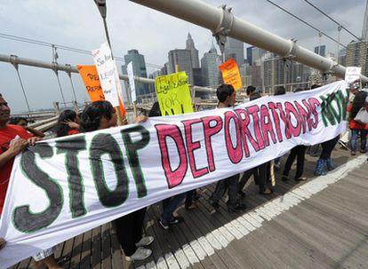 Un grupo de manifestantes hispanos protestan contra la ley de Arizona en Nueva York.