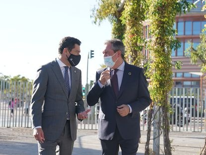 El presidente de la Junta, Juan Manuel Moreno (izquierda), junto al alcalde de Sevilla y secretario general del PSOE-A, Juan Espadas.