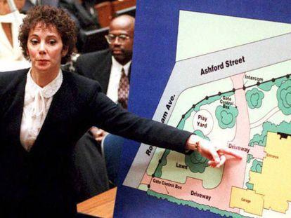 """La fiscal Marcia Clark señala un gráfico mientras describe al jurado dónde se encontró una de las pruebas contra O. J. Simpson durante el juicio el 24 de enero de 1994. / Vídeo: Traíler del documental 'O.J. Made in America""""."""