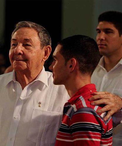 Raúl Castro y Elián González, durante la misa celebra en La Habana 10 años después del regreso del joven a la isla.