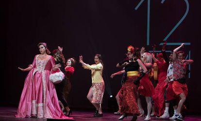 Inés León, cantante y presentadora de la gala, junto al elenco de 'Ñ, Spain Spectacular Show' al inicio de la 12 edición de los Premios del Teatro Musical.