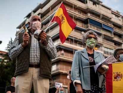 Concentración en la plaza de los Príncipes de España de Alcorcón (Madrid) en contra del Gobierno, este martes.