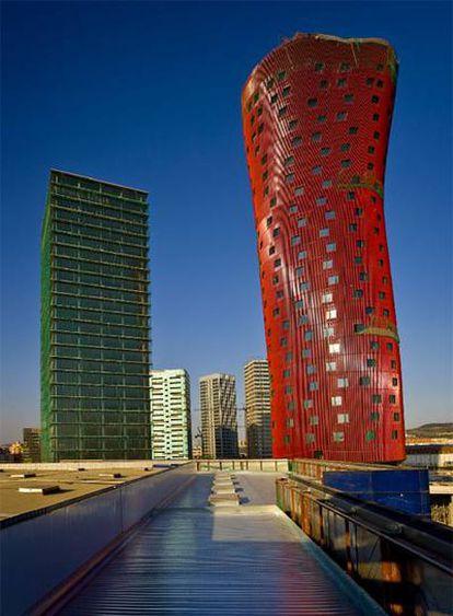 En primer plano, las Torres Fira, que el arquitecto Toyo Ito construye en L'Hospitalet.