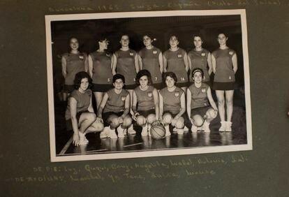 Integrantes de la primera selección española de baloncesto que disputó los partidos de 1963. Fotografía del archivo personal de Pepa Senante.