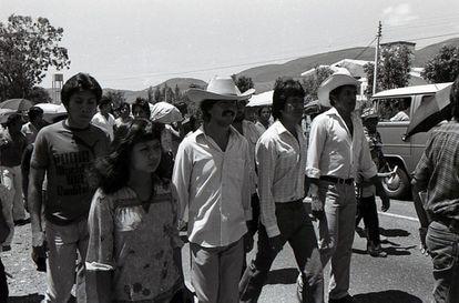 Rogelio Ortega (al centro) en la época posterior a su detención y tortura en una cárcel clandestina de Acapulco.