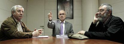 De izquierda a derecha, Fernández Toxo, Duran Lleida y Cándido Méndez, ayer en el Congreso.