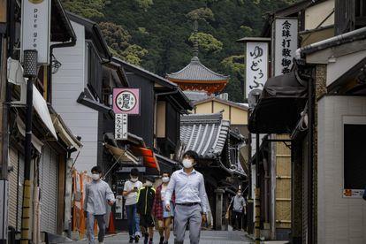 Personas con mascarillas caminan cerca del templo de Kiyomizudera, en Kioto, oeste de Japón.