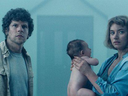 Jesse Eisenberg e Imogen Poots, en 'Vivarium'.