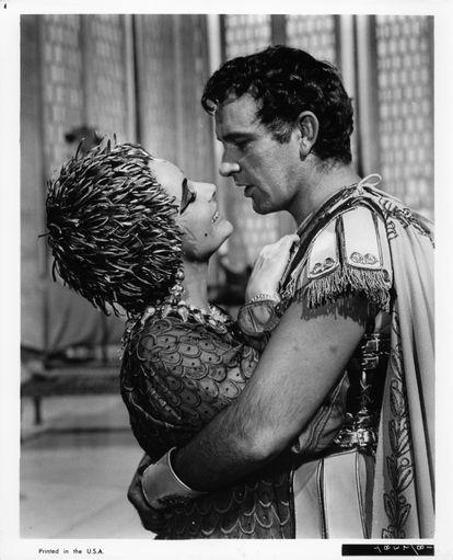Elizabeth Taylor y Richard Burton en una escena de 'Cleopatra', la película en la que se conocieron en 1962.