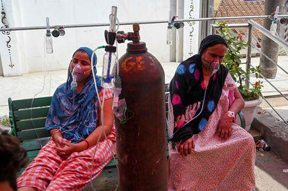 Enfermas de coronavirus reciben oxígeno en Ghaziabad este miércoles.