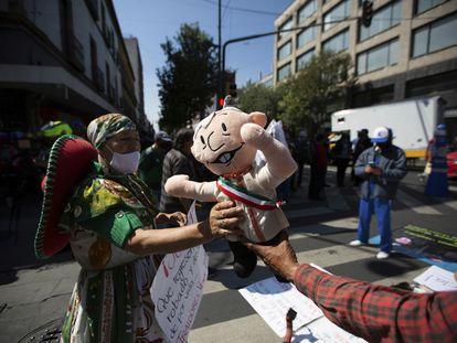 Una manifestación frente al Supremo mexicano que apoya la consulta de López Obrador.