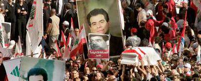 El ataud de Pierre Gemayel, con una bandera libanesa encima, es llevado hacia la Catedral de San Jorge, en Beirut.