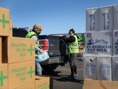Unos voluntarios preparan la distribución de ayuda de emergencia, el sábado en Austin.