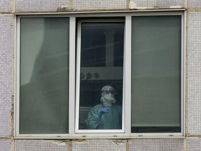 Un sanitario, en una de las ventanas del Hospital Universitario La Paz de Madrid