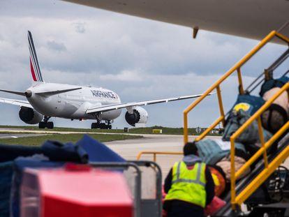 Un avión de Air France, en el aeropuerto Charles de Gaulle de París.