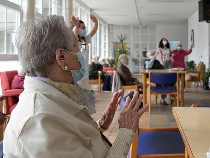 Varios ancianos en una de las salas de la residencia de mayores de Carballo, el 19 de junio en A Coruña.