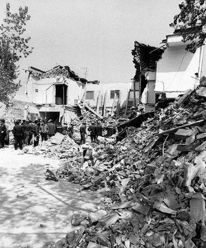 Los bomberos realizan trabajos de desescombro en el restaurante El Descanso, tras el atentado terrorista que se cobró 18 vidas y 82 heridos, algunos de gravedad.