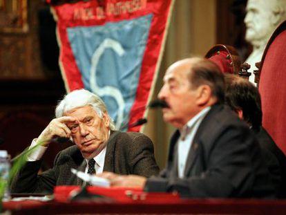 Enric Marco, a la derecha de la imagen, desenfocado, pronuncia unas palabras en 2004, acompañado de Jorge Semprún (a su derecha), durante un acto de homenaje a las víctimas catalanas del nazismo.