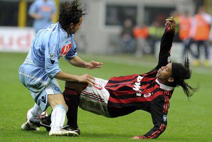 Ronaldinho cae al suelo ante la entrada de Grava.