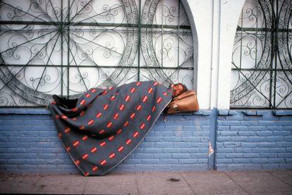 Las fotos de Francis Alÿs (esta es 'Sleepers II', 2001) retratan individuos que literalmente viven en las calles, con lo que han tenido que acomodar su privacidad al espacio público.