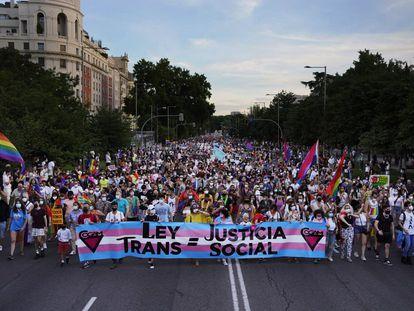 Participantes en la marcha del Orgullo en Madrid, el sábado 3 de julio de 2021, caminan por el Paseo de Prado.